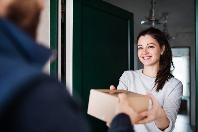 Vrouw ontvangt een pakket