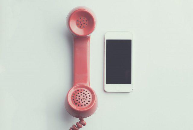 Oude telefoon en smartphone