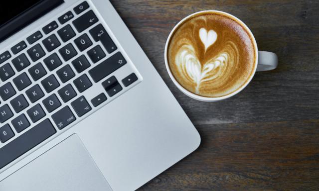 Laptop met kopje koffie